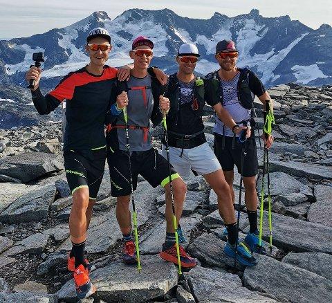 FANNARÅKEN: Tom Erik Halvorsen (frå venstre), Hans Olav Y. Undseth, Odd Einar Tveit og Rune Eie i mål på Fannaråken 2065 meter over havet etter andre etappe.