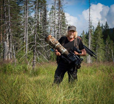 SKJØT MED LYDDEMPER: Jostein Hellevik fortsetter sine oppdateringer om hvordan er er å drive mede ørne-safari i Tokke. En gang skjøt noen med lyddemper i området det fotograferes for å skremme bort både folk og dyr, skriver han.