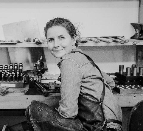 TEKNOLOGI: Linn Sigrid Bratland skal undersøke bruken av ny teknologi i tradisjonshåndverket.