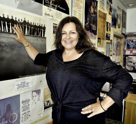 MANGE: Gerd Ingrid Kvendset har vært med på mange oppsetninger på Surnadal kulturhus, både på og bak scenen. Som daglig leder i Laget Vårsøg er hun dessuten med og arrangerer Vårsøghelga, en av de største og mest suksessrike kulturfestivaler på Nordmøre.