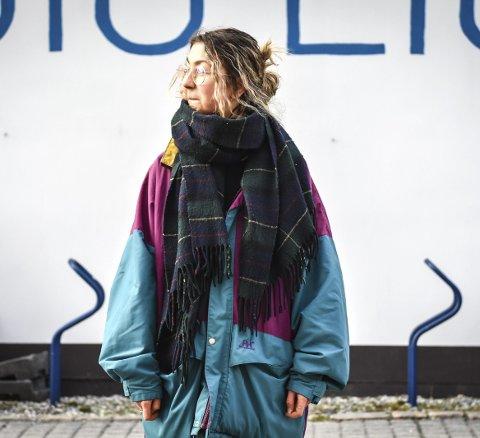 Ekte vintage: Jakken, en Helly Hansen jakke fra 90-tallet, har hen arvet fra farmoren: – Dette er ekte vintage, sier Peyton Christina Viggen.