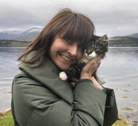 PROSJEKT: Med katten Lille i armene er Bente Krangnes Edvardsen godt i gang med sitt nyeste prosjekt: Å bli frisk, komme tilbake til arbeidslivet og leve et normalt liv, tross MS-diagnosen hun fikk i august. – Jeg misliker sykdom, men elsker prosjekt. Nå er det dette jeg skal arbeide med, jeg skal bli frisk!