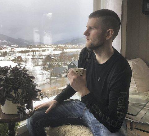 RAMLET UT: Etter en fin tid på barneskolen, ramlet Petter Forberg ut av det på ungdomsskolen. Han debuterte med hasj i 12-13-årsalderen, og første møte med heroin fikk han på sin 18-årsdag på hybelen i Kristiansund. Nå er han rusfri og sterkt motivert til å dele sine erfaringer for å hjelpe og advare ungdommen i hjembygda Surnadal.