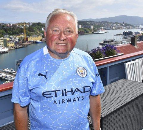 FOTBALL: Humørsprederen Dagfinn Larsen har fylt 70 år. Han har vokst opp i – og bor fortsatt i Galeasgata 17, Fotball er fortsatt en stor del av livet gjennom KFK. Nå også i Kristiansunds nystiftede fanklubb for Manchester City.