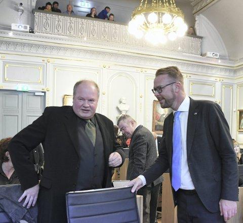 Trym Aafløy regner seg som en sentrumspolitiker. Her sammen med Harald Hove fra Høyre i Aafløys første bystyremøte. FOTO: RUNE JOHANSEN