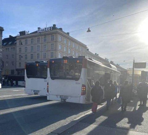 Bussen ble stående 30 minutter på Torget som følge av en fastlåst situasjon mellom passasjerer og sjåfør.
