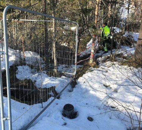 Flere turgåere har meldt fra om at gjerdene ved gruvene er dårlig, samt et større hull i bakken. Nå har kommunen foreløpig sperret av et lite område mens det skal utbedres.