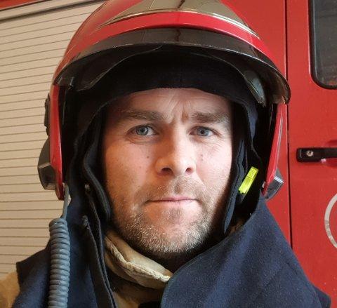 TALSMANN: Kristian Aas Kyrkjebø er talsmann for brannmannskapet som no vel å seie opp stillingane sine. Han fortel at avgjersla fall søndag kveld.
