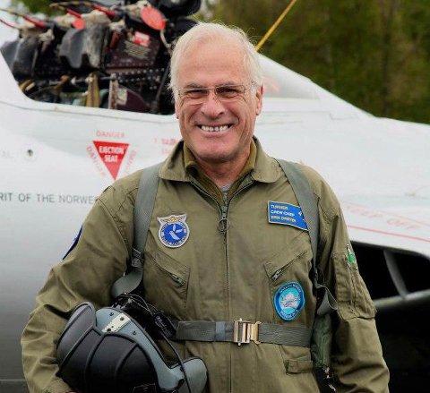 Glassblåser og keramiker Erik Dreyer fra Begby døde mandag, 77 år gammel. Hans store lidenskap var militærhistoriske kjøretøy og veteranfly.