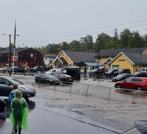 Store vannmengder gjør det svært vanskelig for bilister som skal til og fra Hvaler nå. Foto: Gro Andersen