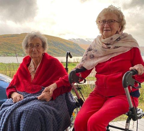 HJEMLENGSEL: Da Johanna Sæterbø (til venstre)  fylte 100 år i juli var det eneste skåret i gleden at søsteren Therese Suslin (92) som bor i Sverige ikke kunne komme på grunn av koronapandemien. Forrige uke kunne endelig Therese besøke sin hjemkommune igjen, for første gang på tre år. Gjensynsgleden til de to søstrene var stor.