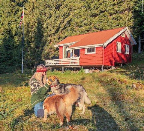 OVERVINTRER: Ingeborg Elise Kjønsberg fra Elverum skal overvintre på denne hytta. - Den byr på verken innlagt vann eller strøm, men har derimot turterreng rundt hele seg.