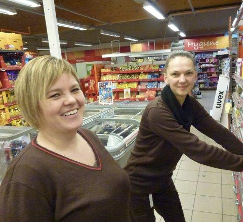 SJEF OG ANSATT: Olaug Mari Øen (t.v.) er ny leiar i Sandeid handelslag. Her med litauiske Vilija Kyisle, som har jobba i butikken i fire år.