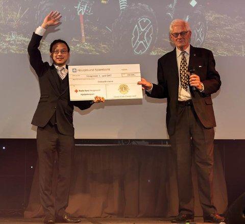 I HUNDRE: Korpsleder I Røde Kors Haugesund, Roy Worum fikk gaven fra president Lions Club Haugesund, Kjell Hamre