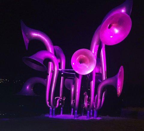 ROSA: Kunstverket «Lyden av Lillestrøm» har blitt rosa i anledning rosa sløyfe-aksjonen.