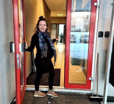 Studieveileder Ane Martha Strømsvåg ønsker velkommen inn i Karrieresenterets nye lokaler.