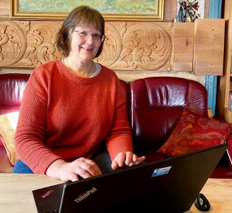 Hilde Engvik Lusæter, leder for PPTNG (Pedagogisk-Psykologisk Tjeneste Nord-Gudbrandsdal) har rigget seg hjemmekontor i stua.