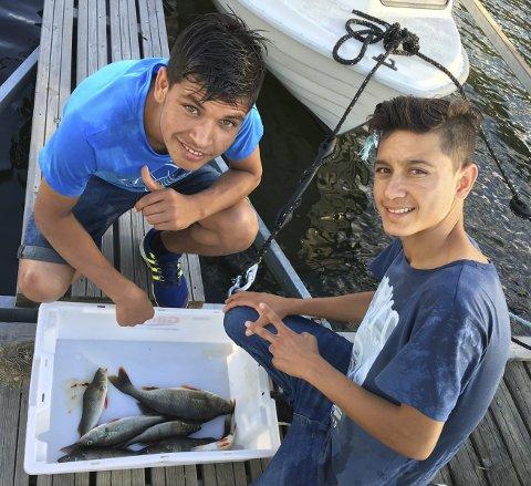 Fin fangst: Sharafudin Barekiza (t.h.) og Hassan Ullah Zadran, begge fra Afghanistan, er klare for å rense mjøsabbor.