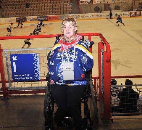 SUPPORTER: Birgitte Smedsrud Flagstad er en av Gjøvik Hockeys største supportere og svikter aldri byens iskrigere når det er hjemmekamp.
