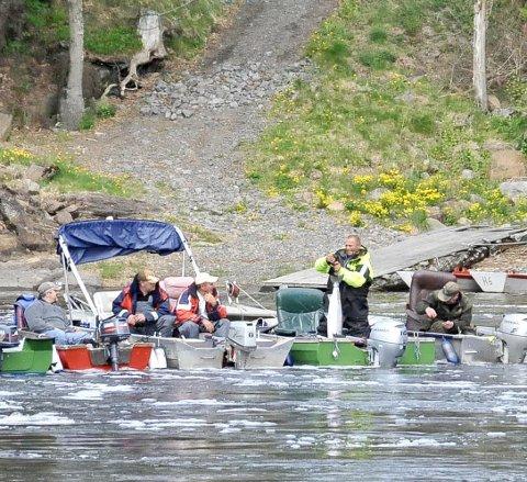 Stor dag: Mange fiskere lå klare ved Holmfoss under laksestarten mandag.
