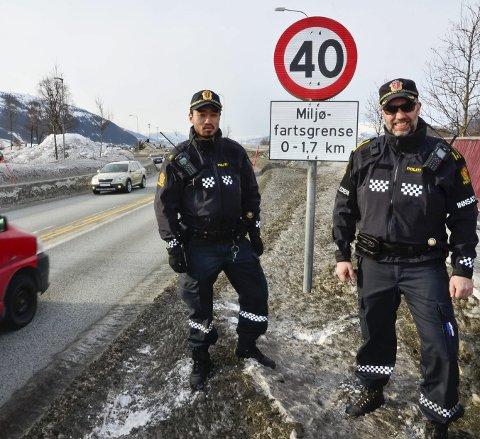 Miljøfartsgrense: Politiførstebetjent Sturla Storrø (t.h.) og politistudent Jørgen Hesthammer ved skiltinga på E6 ved Skansen som viser at denne dagen er det miljøfartsgrensa på 40 km/t som gjelder. Foto: Hugo Charles Hansen