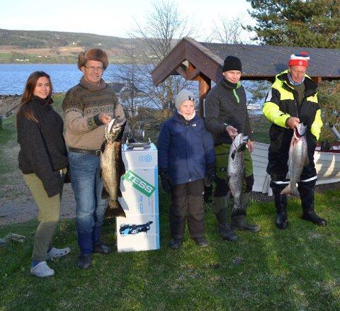 Fornøyde: Ronja Larsen og Robert Larsen med vinnerfisken og ved siden av står Syver og Stein Erik Stubbom og Finn Erik Larsen.