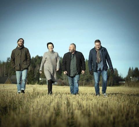 GOD TONE: Kvartetten MonicaZ Vals liker å spille sammen og liker å være sammen. Det mener de er med på å prege musikken deres. Her er de helt på jordet; Eirik Berg Svela (f.v.), Stina Stenerud, Paul Seve «Palle» Wagnberg og Erik Jøkling. ALLE FOTO: VIDAR SANDNES