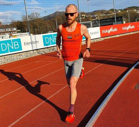 BESTE LOKALE: Rune Eie sprang i mål etter 10.000 meter rundt banen på Tau stadion på tida 33.30.1.