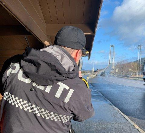 Politiet sto ved E39 på Høgset og holdt fartskontroll fra 08 til 13 onsdag. Det resulterte i 18 forenklede forelegg.