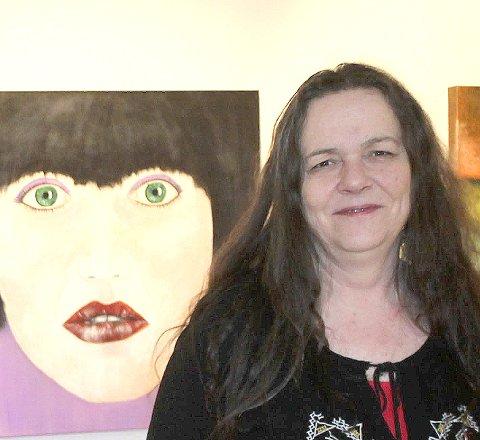Stiller endelig ut: Gunn Karin Sandmæl har sin første kunstutstilling i Galleri Elgen i Tynset Kulturhus.Foto: Trond Findahl