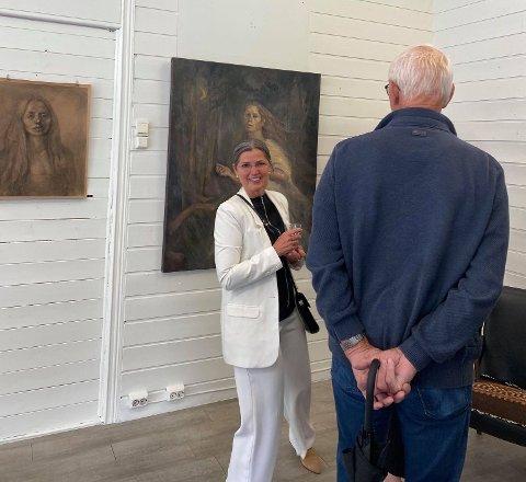 GOD START: Åpningen av galleri ga Kirsti Pettersen god grunn til å smile.