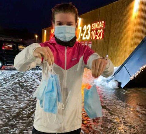 Malin Jeanette Mikalsen reagerer kraftig på det de fant utenfor kjøpesenteret på Tverlandet. Her holder lillesøster Signe Henriette (18) opp noen av munnbindene de fant.