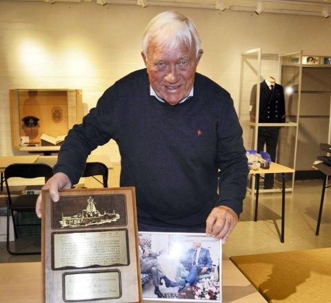 Egil Jørgen Eikanger med plaketten Per Hysing-Dahl mottok fra George Bush.