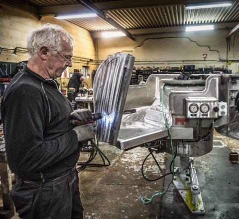 SOLIDE SAKER: Montør Fred Hansen i arbeid den største automatiske garnhalen som blir produsert hos Hydema Syd på Gressvik. Denne er til bruk for fiskebåter over 50 fot og kan trekke over to tonn. Alle foto: Geir A. Carlsson