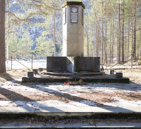 RESTAURERING: Det sovjetiske minnesmerket ble satt opp av frigitte fanger i 1945. Det må restaureres. Riksantikvaren har bevilget 100.000 kroner, men det trenges ytterligere en halv million.Arkivfoto
