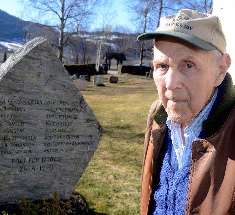 GRAVLA: Thorleif Forseth ved minnestøtta på kirkegården. Foto: Arnfinn Skinlo