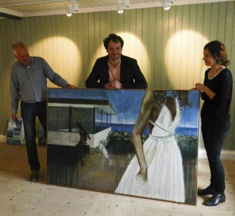 STILLER UT: Stein Willoch Mathisen (fra venstre), Glenn M. Skibsted og Laura Skibsted i galleriet på Rød. Foto: Steinar Omar Østli