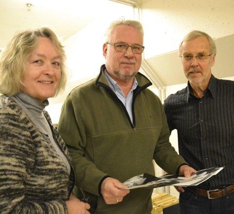 Flittige: May Sissel Frøynes, styreleder i «Historiske Haldenbilder» Tom Eilert Magnussen og Jan Aage Aagaard møtes ukentlig for å digitalisere bilder.