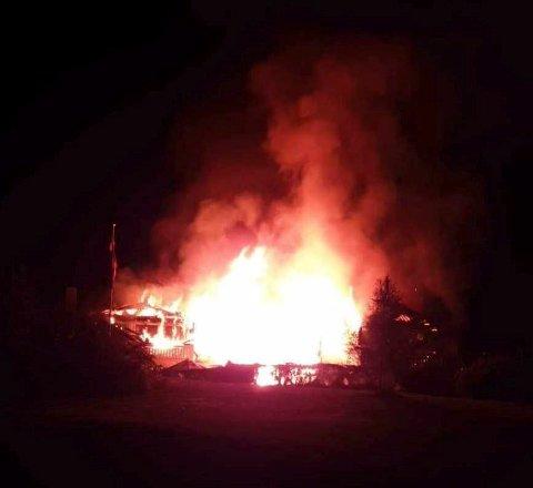 FULL OVERTENNING: Det brenner kraftig i et rekkehus på Bleikemyr natt til torsdag.