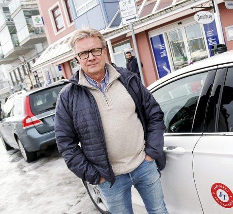 FULL STOPP: Alle landets trafikkskoler har måttet parkere bilene og avlyse kjøreopplæring og teoritimer på grunn av koronakrisen. – Det er synd på elevene, men de viser stor forståelse for situasjonen, sier kjørelærer Arnstein Aas. ARKIVFoto: Magnus Franer-Erlingsen