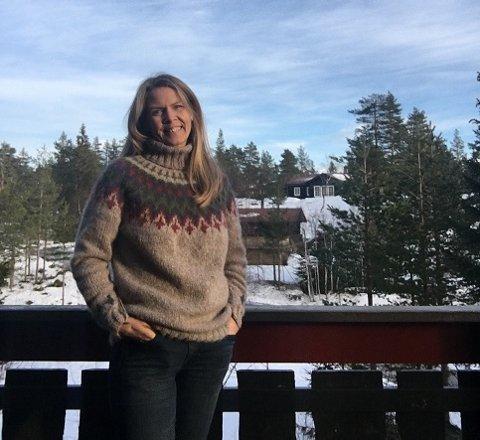 Bente Holmøy Olsen varslet politiet mandag kveld om det hun trodde var innbrudd på nabohytten, som ligger i bakgrunnen på bildet.