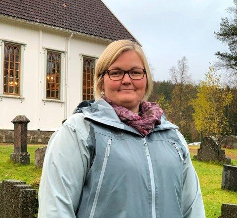 LEGGER TIL RETTE: Diakon Inger-Johanne Frogh tenner lys på kirkegården ved Jondalen kirke og håper at  det kan bli en tradisjon med åpne kapell og kirker under Allehelgen.