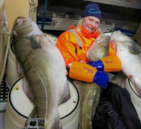 LYKKE: Eirin Egghjem med de to kaffetorskene hun og samboer Arne fikk på lina på Stamsundhavet.