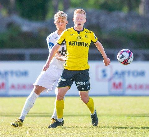 Kristoffer Nessø i kamp med Øygardens Fabian Rimestad.