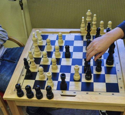 Unge sjakkspillere: Larviks skoleelever setter hverandre stavne i Tollboden lørdag.