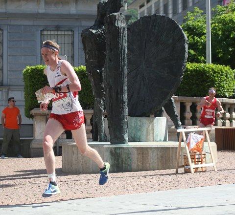 ØYEBLIKKET: På vei fra post 14 til 15 var Jon Aukrust Osmoen så vidt ukonsentrert og tapte muligheten til å komme til finalen på sprinten under EM. Foto: Erik Borg