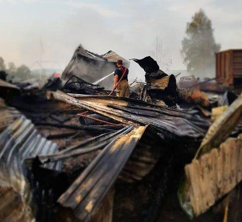 TAKKER BRANNVESENET: Lara og Roy Arne Dystland er glade for at brannvesenet klarte å redde de andre bygningene på gården.