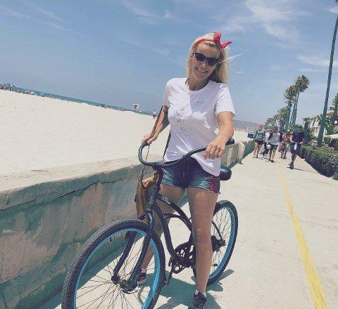 Lykketening-gründer Ingebjørg Rangøy Sjåland (40) fra Sarpsborg håper nå at amerikanere skal trykke hennes lykkeillustrasjoner til sitt bryst. Hun er nå på familieferie på den amerikanske vestkysten, der hennes tegninger blant annet får god presseomtale. Her er hun på sykkeltur langs Pacific Beach i San Diego.