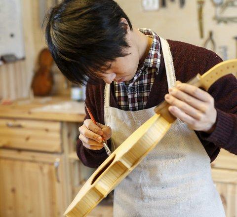 Lyden: Han er utdannet fiolinmaker, og derfor er den grunnleggende kunnskapen på plass. Men det var lyden av hardingfela som lokket han til Norge.