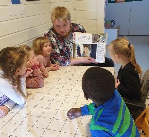 Håkon Haganes elsker å jobbe med femåringene i Fagernes  Barnehage.